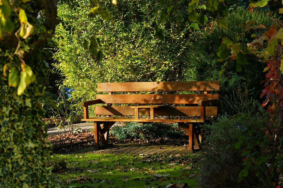Zedernbänke: Eine perfekte Wahl für Ihren Garten